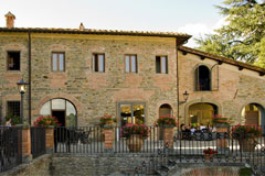 A historic estate, a Tuscan farmhouse. This Tuscan style can be found in every apartment of the villa.